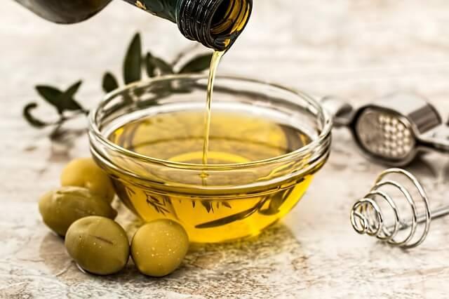 Oliven mit Öl