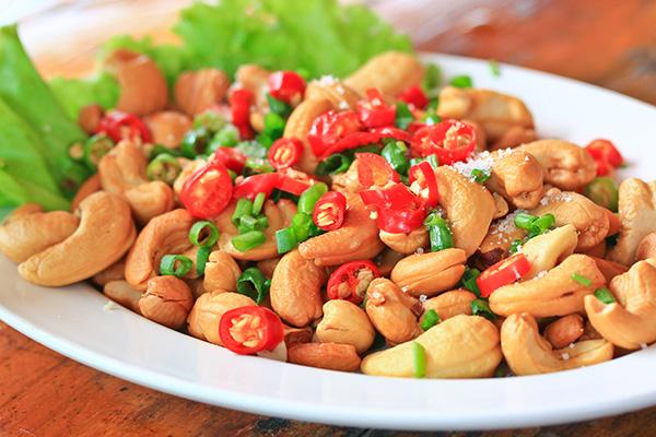 Cashews schmecken hervorragend in Salaten und eignen sich zum Dekorieren von gekochten und ungekochten Speisen